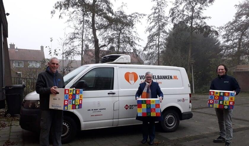<p>• Ron van Zeggeren (bestuurslid van de Foundation) en Janco Romeijn (Mondial R. Vlot &amp; Zn. Verhuizingen) overhandigen de Speelgoededoelendozen aan Anke van Veen van de Voedselbank Alblasserdam.</p>
