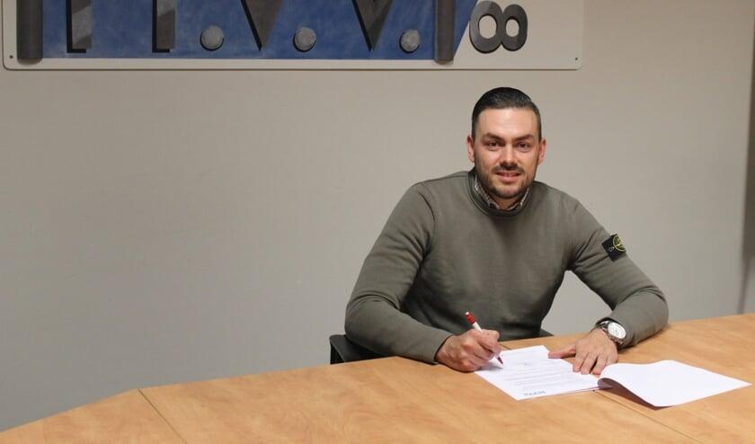 <p>• Michael van Eijndhoven tekent zijn contract bij MVV'58.</p>