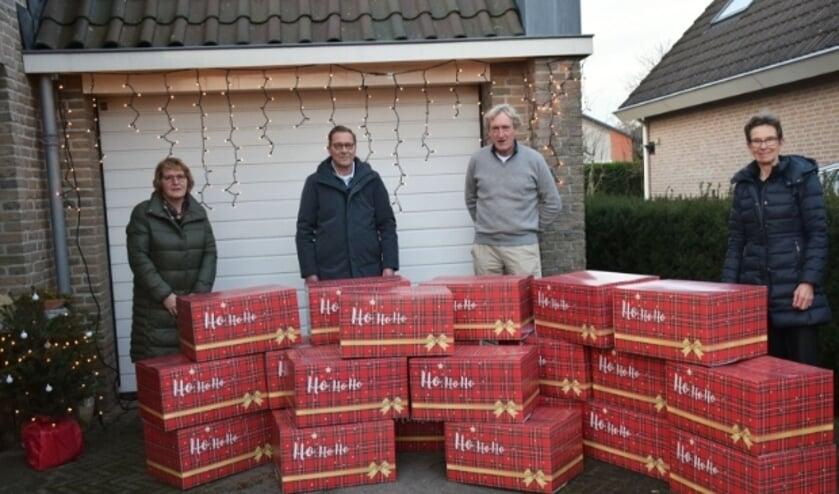 <p>Jan Terberg (tweede van rechts) overhandigde namens de Terberg Foundation de kerstpakketten aan medewerkers van dagopvang De Warmtebron. (Ingezonden foto).</p>