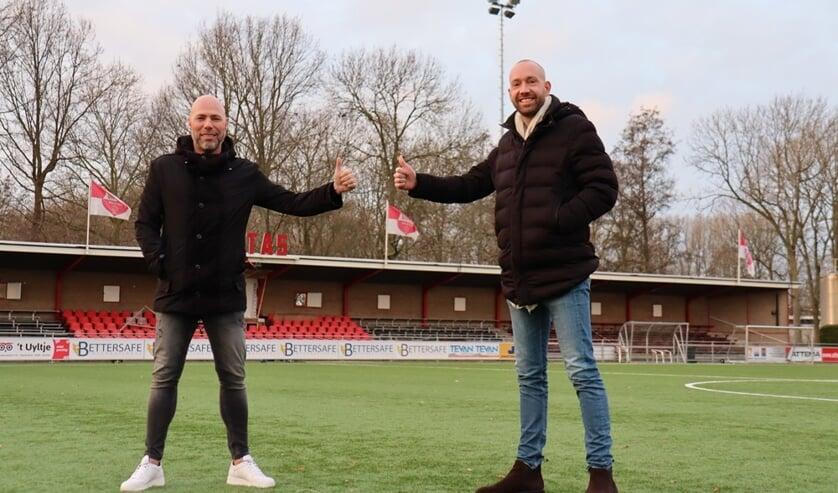 <p>• Michel van Oostrum (l) wordt op Molenvliet verwelkomd door TC-lid Joost Verberk.</p>
