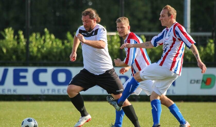 <p>• Maarten de Bruijne (l) als actief voetballer van Sleeuwijk.</p>