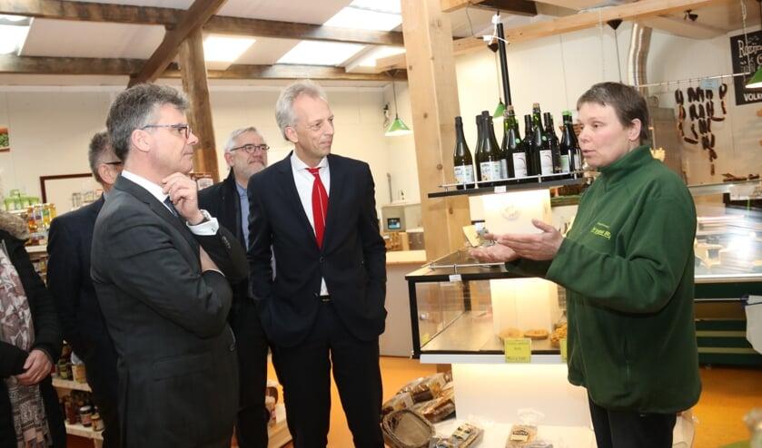 • Saskia Heikoop van De Groene Geer vertelde aan cdk Oosters en aan burgemeester Fröhlich vol passie over het biologische boerenbedrijf in Nieuwland.