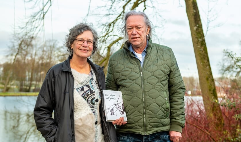 • Betty Bastiaans en Carel de Mari met hun boek over verzetsheld Henk Bastiaans, vader van Betty.