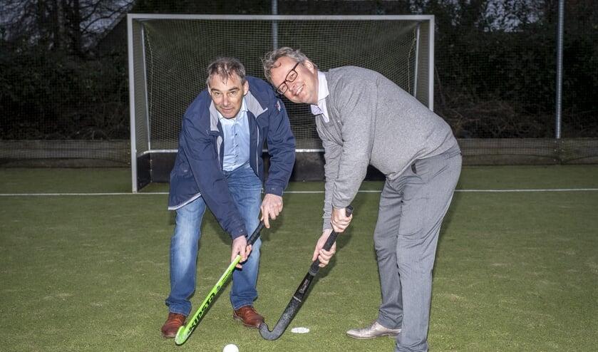 • De gaande en komende voorzitter op het hockeyveld.