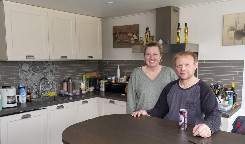 • Kelly van Baaren en Wout Otterspeer in de keuken die ze gratis kregen na de brand op hun woonark..