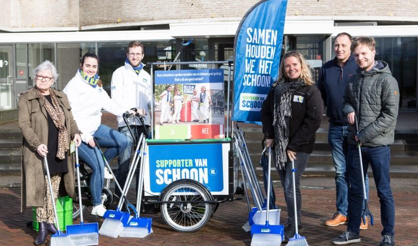 • Wethouder Janette Hofman (links) ging in Lekkerkerk op pad met coaches van Stichting Krimpenerwaard Schoon.