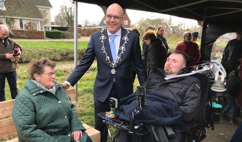 Annie Koetsier, burgemeester Egbert Lichtenberg en Roel Wigman.