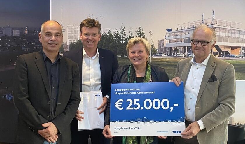 • Daan van der Vorm en Hans Meurs (directeuren van VORM) overhandigen Ad van Driel (bestuursvoorzitter) en Annelies de Back (bestuurslid) van hospice De Cirkel de cheque ter waarde van 25.000 euro.