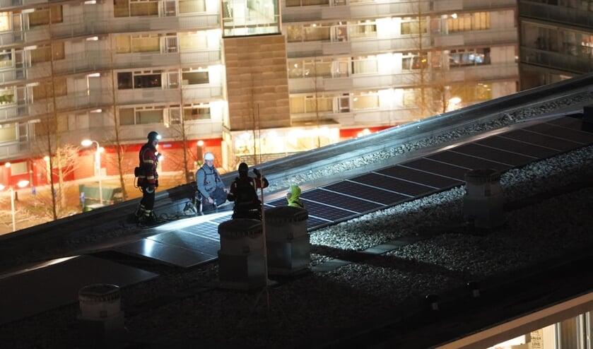 • Medewerkers van de aannemer bezig met het goed vastzetten van alle zonnepanelen.