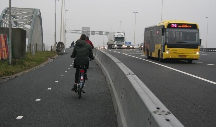 • Het fietspad van de Jan Blankenbrug, met aanpalend de oude Boogbrug.