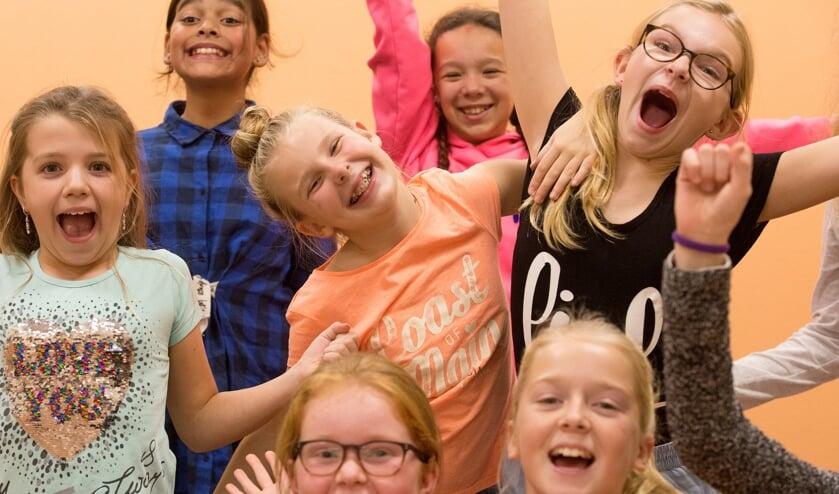leerlingen van de Jeugdtheaterschool Zuid-Holland tijdens een theaterles.