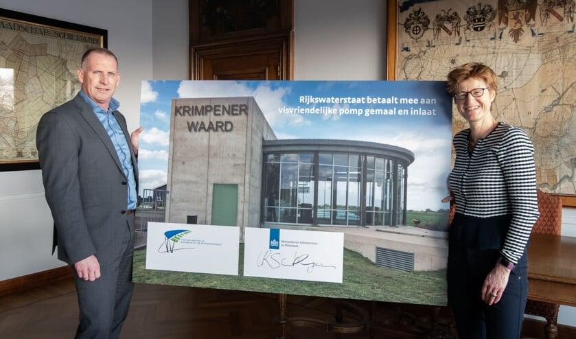 • Martin Vink van het hoogheemraadschap van Schieland en de Krimpenerwaard en Linda-Rose Santhagens van Rijkswaterstaat hebben woensdag een overeenkomst getekend die de bijdrage mogelijk maakt.
