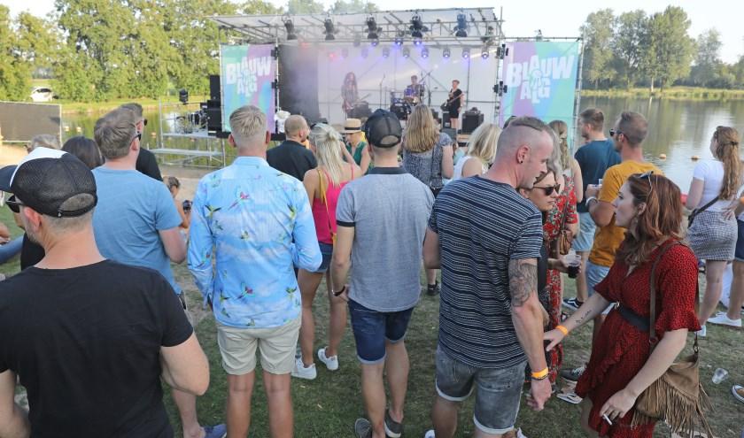 • Het Blauwalg Festival was vorig jaar een succes; honderden bezoekers kwamen naar de Slingelandse Plassen.