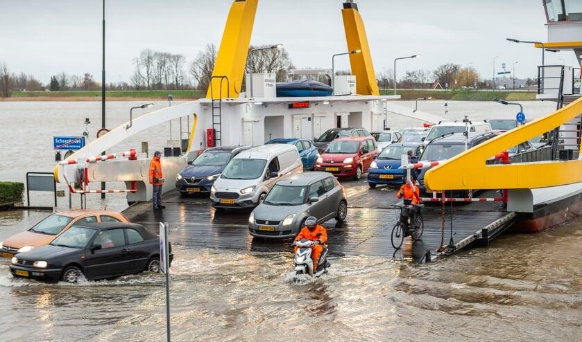 Maandagavond werd de veerpont bij Schoonhoven uit de vaart genomen vanwege de extreem hoge waterstand in de Lek.