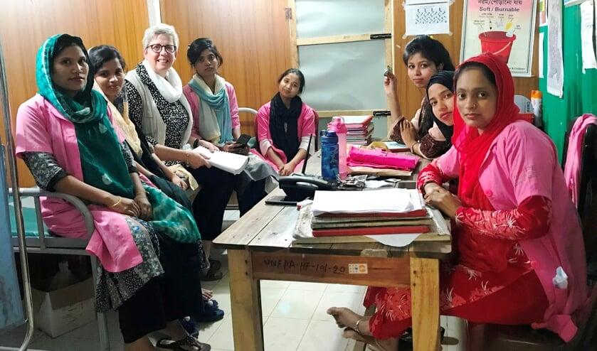 • Nannie werkte een paar maanden vrijwillig als verloskundige in Bangladesh.