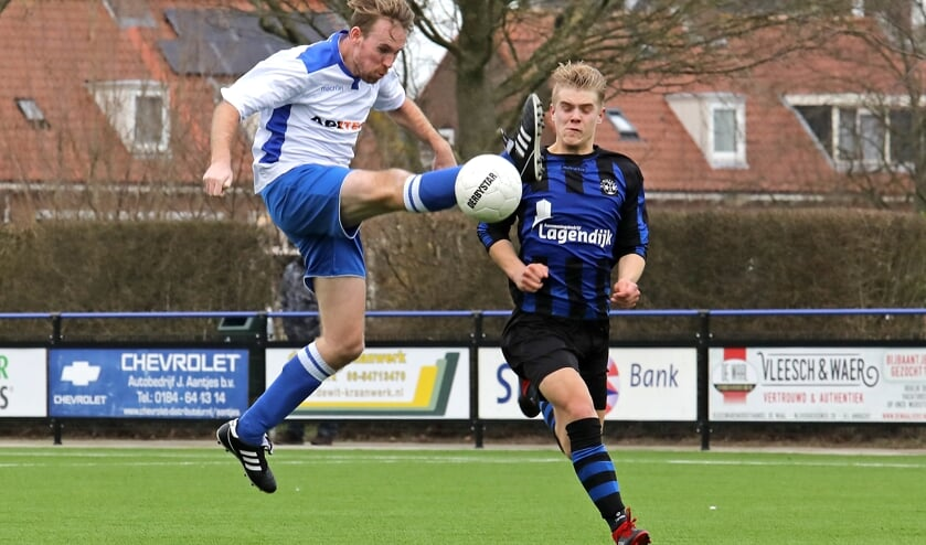 • Sam Versluis dit seizoen op sportpark Streveland in actie tegen Streefkerk.