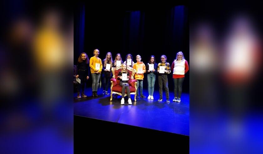 • Alle voorlezers die deelnamen aan de voorronde. Op de stoel de winnaar: Lotte Overes.