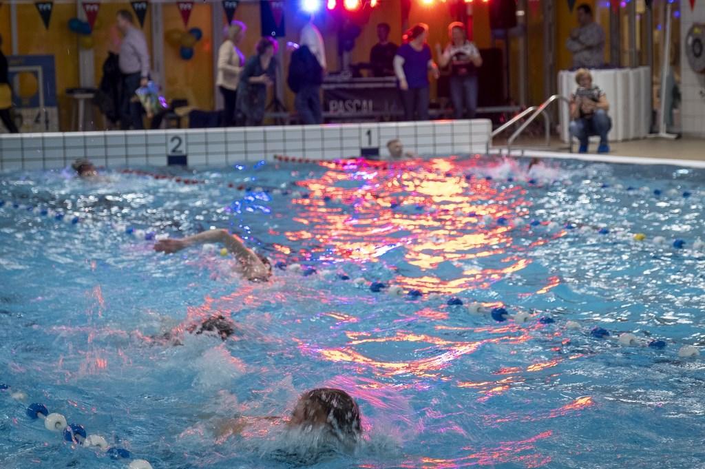 • Zwemmarathon in zwembad De Lansingh.  © Krimpenerwaard