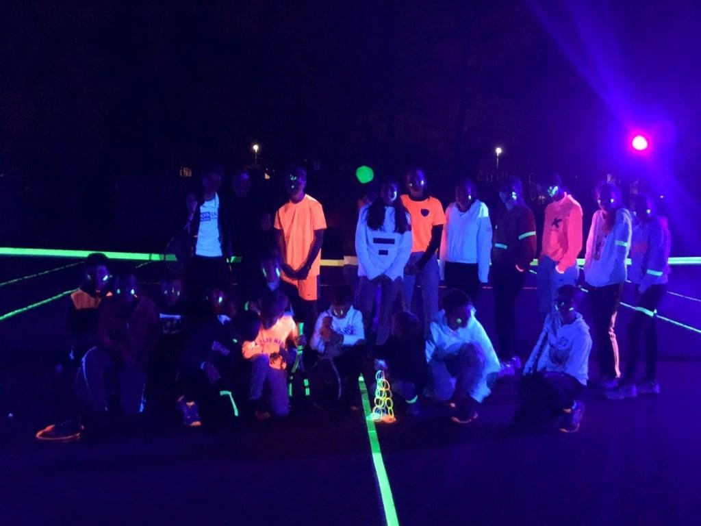 • Glow in the dark-tennis bij ZTV. Foto: aangeleverd © Bommelerwaard