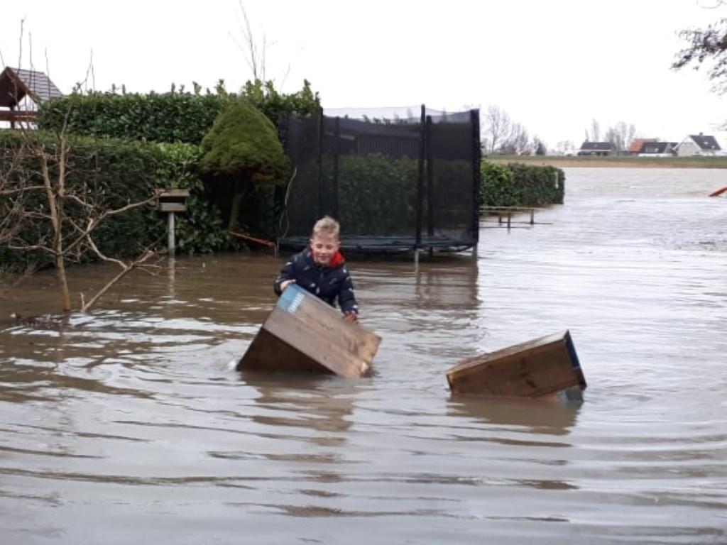 • Hoogwater bij Ammerstol. Oma is blij dat de plantenbakken gered worden.  © Krimpenerwaard