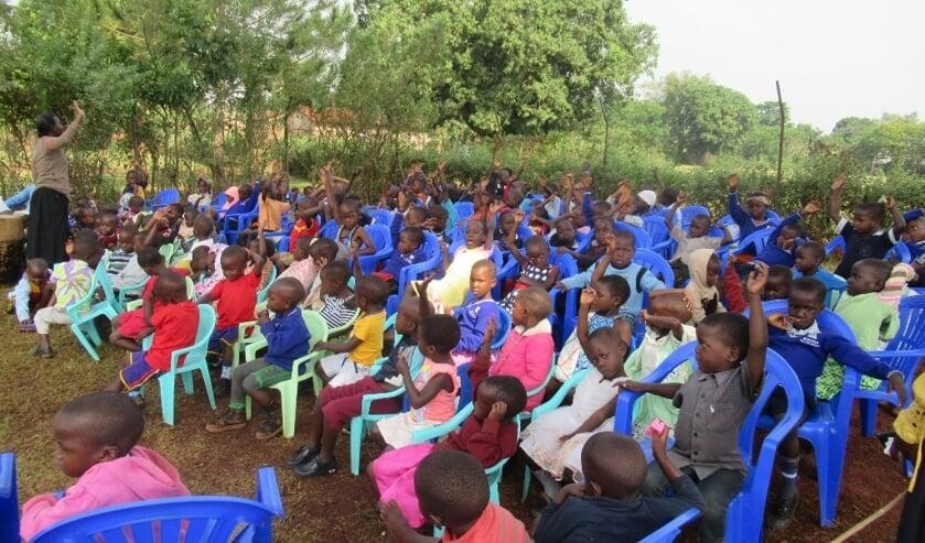 • Onderwijs in de open lucht in Oeganda.