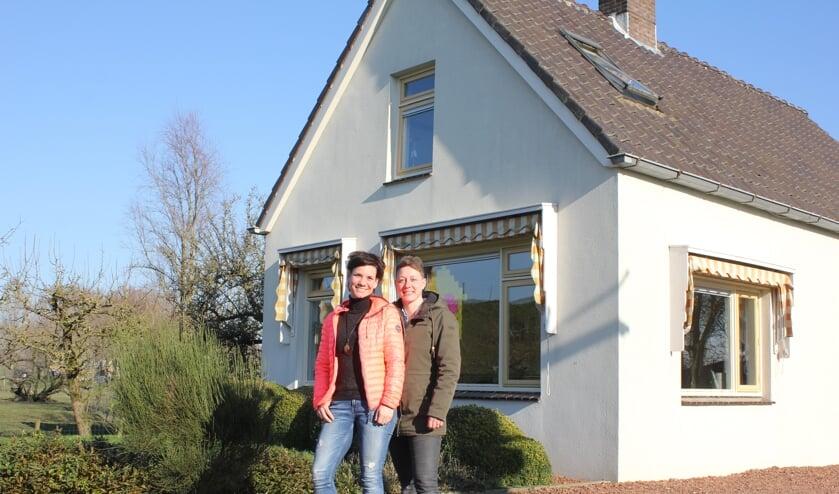 • Patricia (links) en Rieneke voor het gezinshuis.