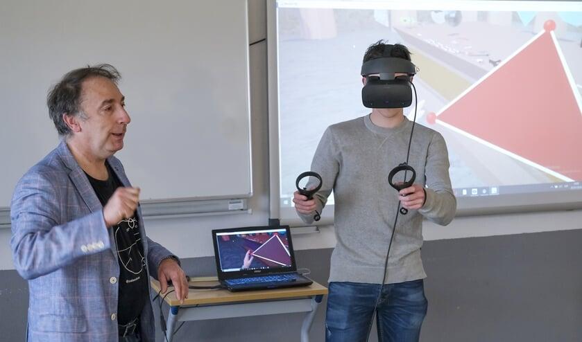 • De Spaanse professor José Luis Rodríguez Blancas gaf donderdag een workshop in de klas.