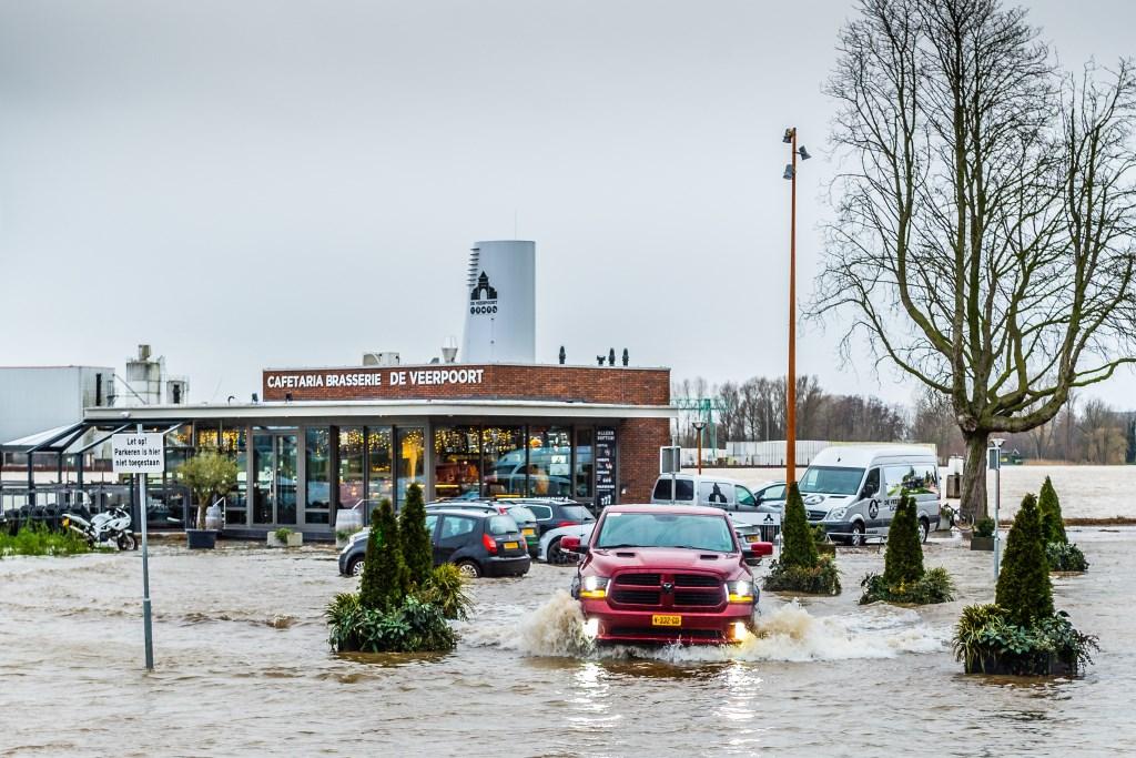 Maandagavond werd de veerpont bij Schoonhoven uit de vaart genomen vanwege de extreem hoge waterstand in de Lek. Foto: Stephan Tellier © Alblasserwaard