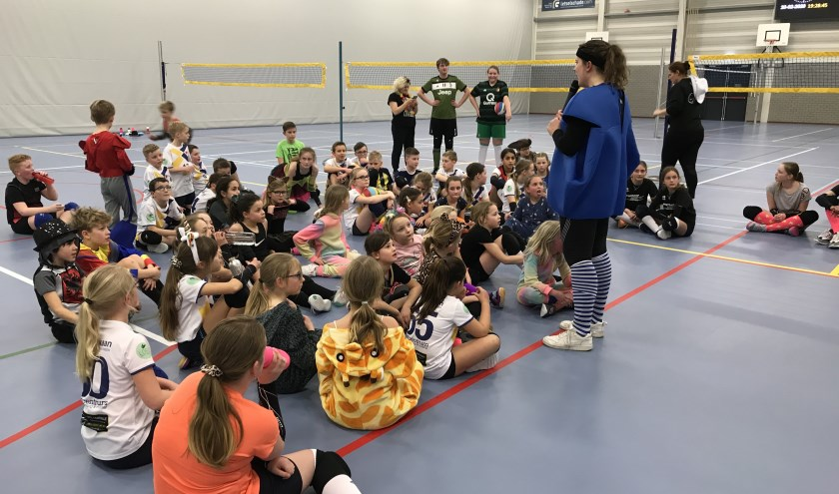 • VV Flits jeugdleden in carnavalskleding, klaar om te gaan volleyballen