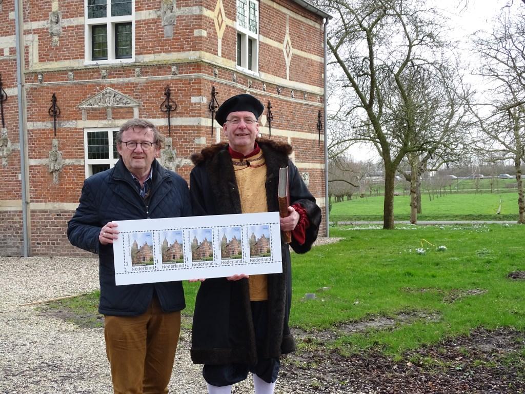 •'Jan Snouck' (rechts) toont tegen de historische achtergrond van 'zijn' kasteel Schelluinderberg de postzegels die hij kreeg van Bert den Boer, voorzitter van de Geschiedkundige Vereniging Giessenburg en Schelluinen. Foto: Anneke Bode © Alblasserwaard