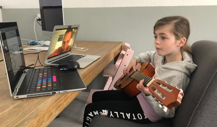 • Leerling van Muziekschool Krimpen bezig met een online muziekles.