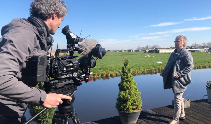 • Marijke Klapwijk voor de camera van EénVandaag in haar achtertuin aan de rand van Stolwijk.