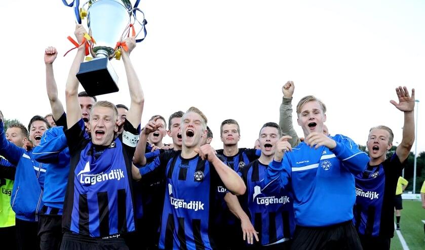 • Tim den Besten als captain van het winnende Streefkerk in het Alblasserwaardtoernooi O23.
