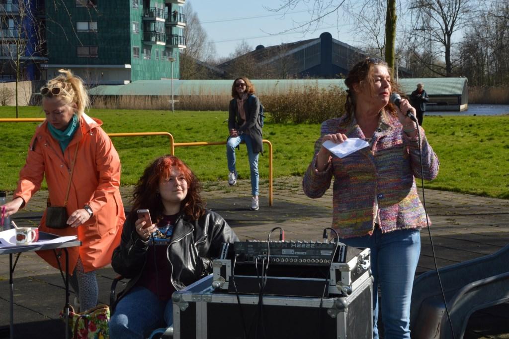 • Sharon Tollenaar, met microfoon. Foto: Sem van der Laan © Krimpenerwaard