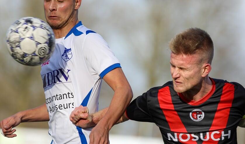 • Quincy Bartens (l) in de derby tegen Papendrecht.
