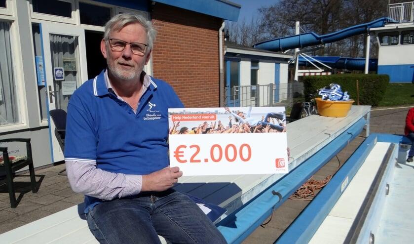 • Peter Kwakernaak van de Vrienden van de Dompelaar met de cheque.