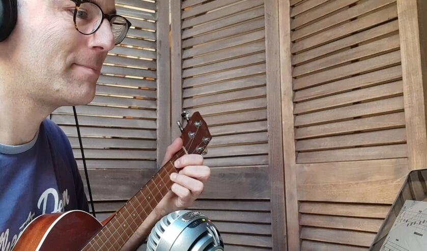 • Marius Diepenhorst geeft muziekles 'op afstand'.