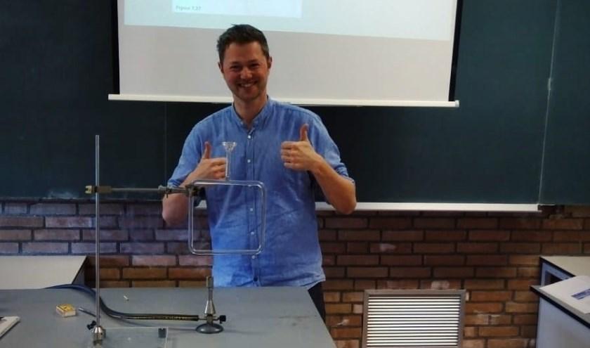 • Mark van de Wetering docent natuurkunde en scheikunde filmt een practicum voor online les.