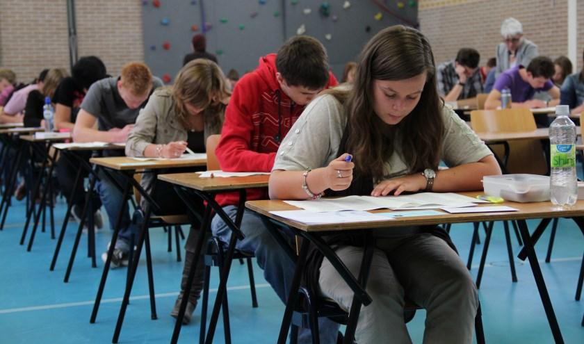 • Met z'n allen zwoegen in de gymzaal op het centraal examen: het gaat dit jaar niet gebeuren.