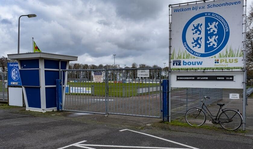 • Een surrealistische aanblik op de zaterdag: het verlaten voetbalcomplex van vv Schoonhoven.