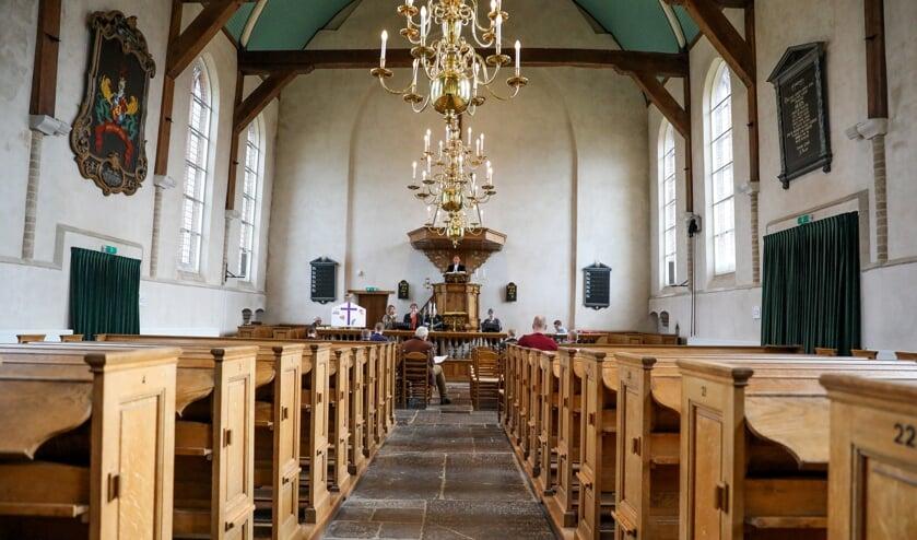 • Giessen-Oudekerk: (internet)dienst in een vrijwel lege kerk.