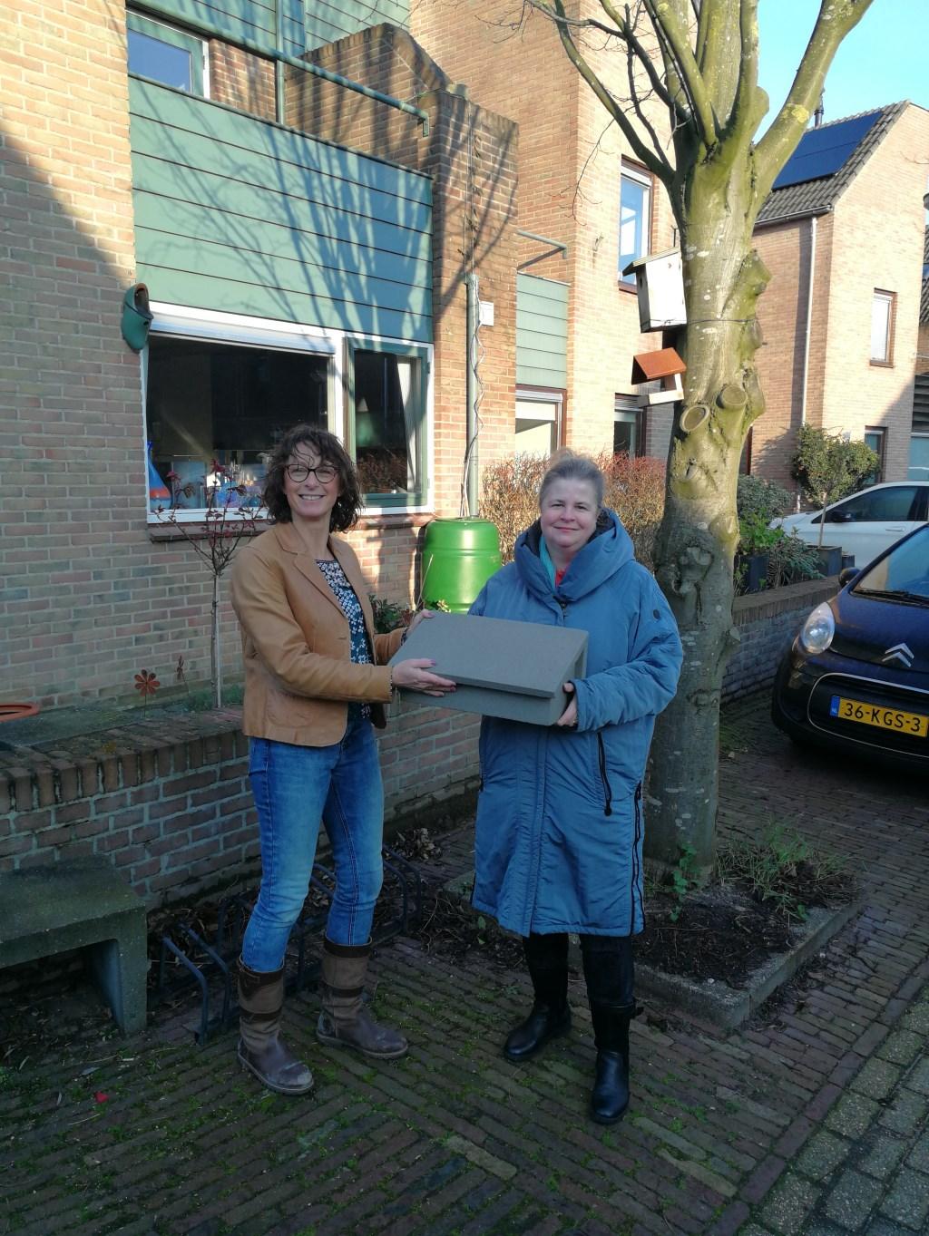 • De eerste gierzwaluwkast wordt overhandigd aan enthousiaste bewoners van de Molenwijk, Lonneke Klein-de Raadt, door Ellen Veth.