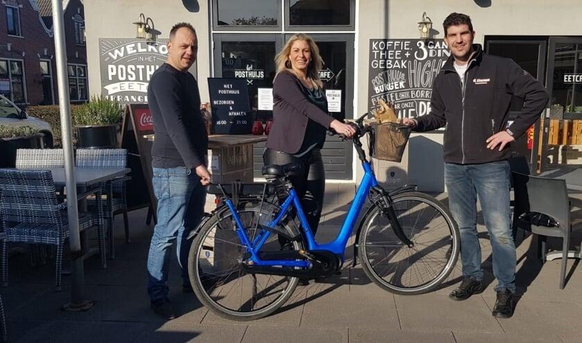 • Sebastian, Breggie en Cees bij de overhandiging van de fiets.
