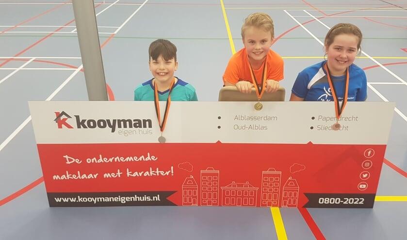 • De winnaars van het schoolsporttoernooi: Marlieke, Semih en Daan.