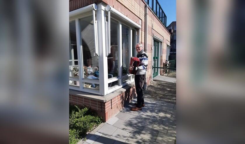 • Jan Zweep maakte muziek voor ouderen in Alblasserdam, meldt de Facebookpagina van Coronahulp Alblasserdam