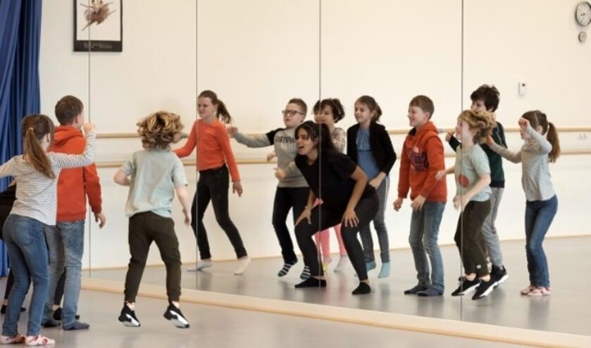 Leerlingen van Zinder educatie repeteren voor hun grote optreden in de Agnietenhof