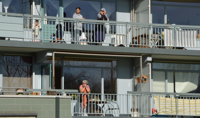 • Bewoners luisterden vanaf hun balkon naar de muziek.
