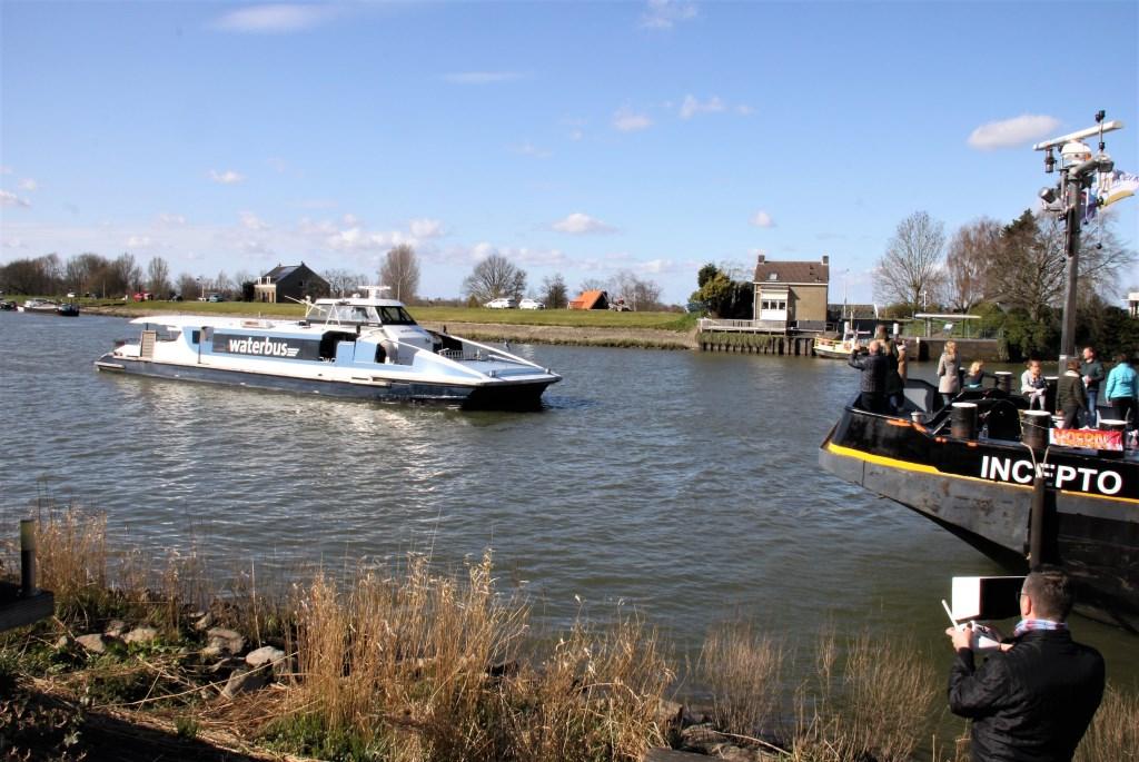 • De Waterbus kwam ook nog langs het appartement varen.  Foto: Floris Bakker © Krimpenerwaard