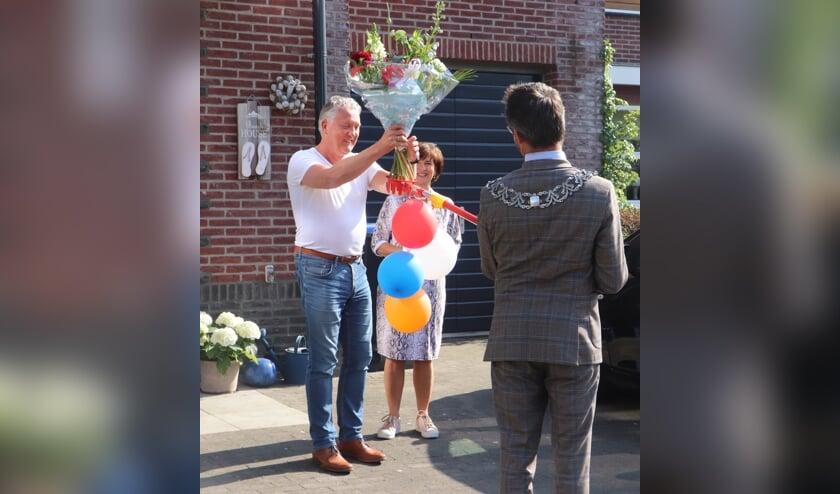 • Burgemeester Laurens de Graaf reikt op alternatieve wijze de bloemen aan Jan Spier aan. De onderscheiding zelf volgt op een latere datum.