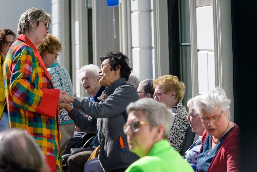 • Bewoners van De Herbergier genieten van draaiorgelmuziek. Foto: Marijke Verhoef © Krimpenerwaard